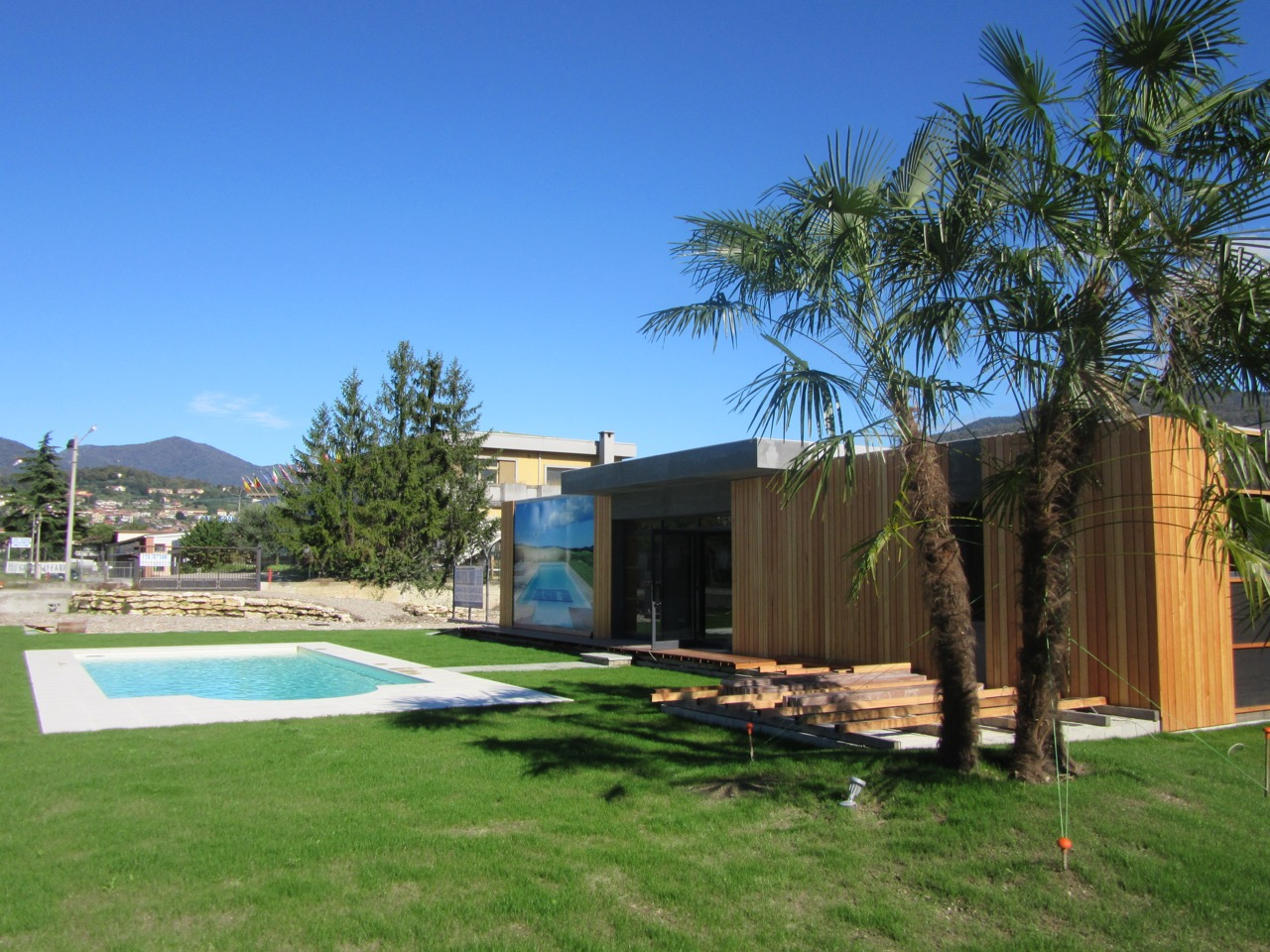 Local commercial 117m en italie popup house for Berg piscine