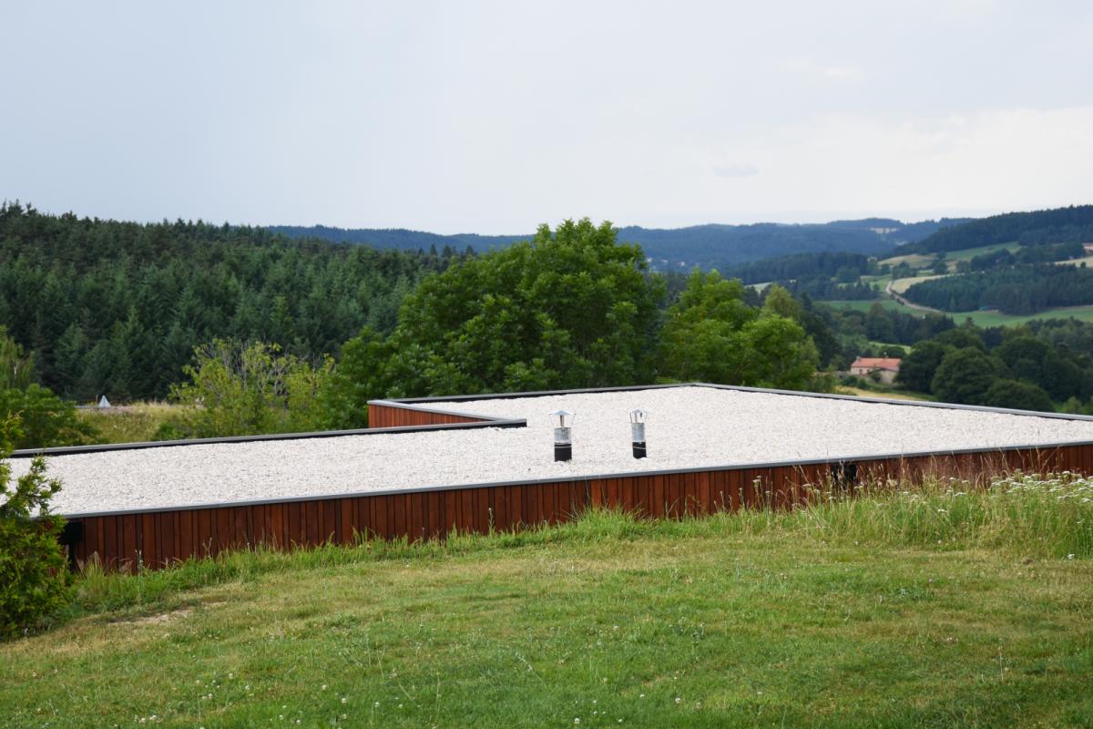 maison design et avant-gardiste dans la colline de saint romain lachalm