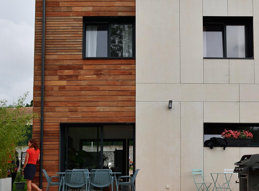 façade d'une maison d'architecte, entre bardage bois et enduit