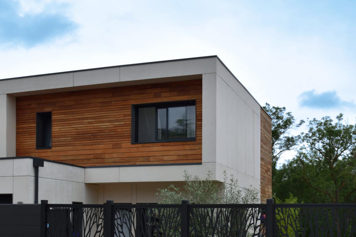 une maison cubique d'architecte, entre bardage bois et enduit