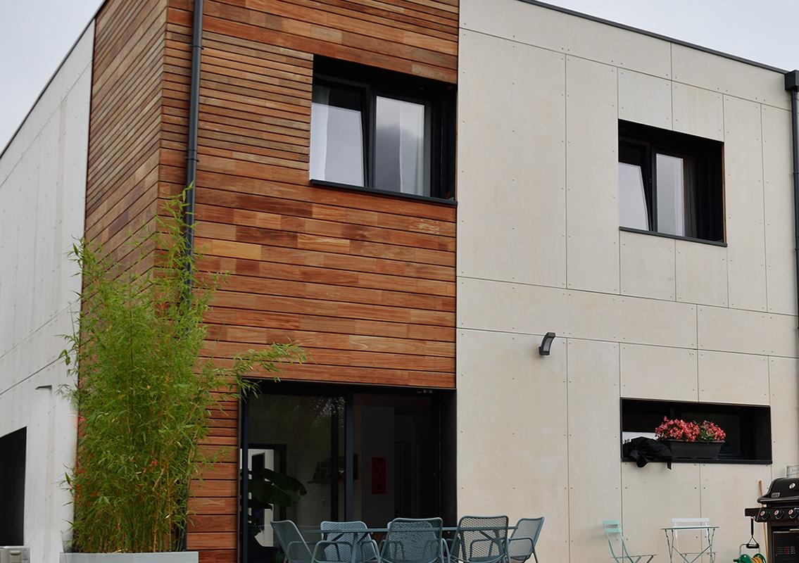 une maison d'architecte, entre bardage bois et enduit_publication