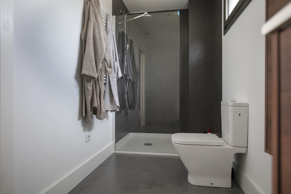 salle de bain maison passive moderne en bois espagne
