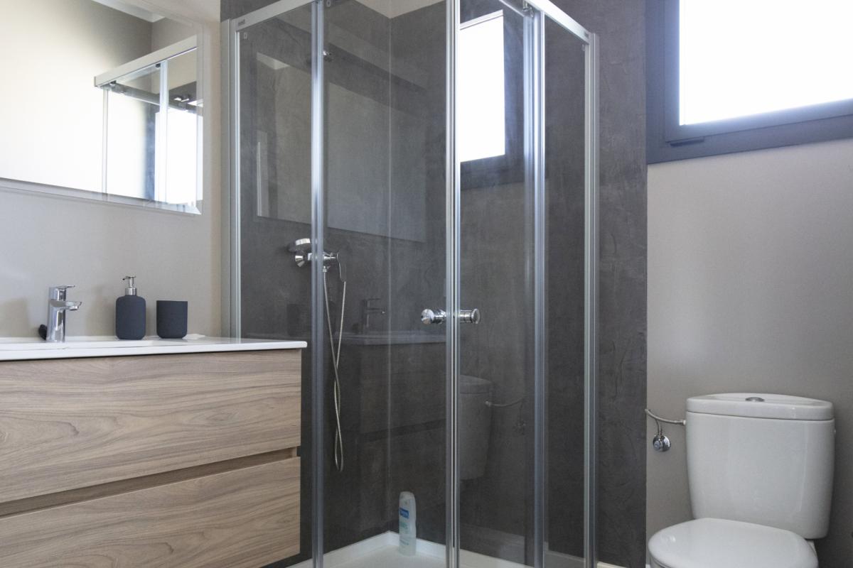 salle de bain maison passive moderne en bois costa brava
